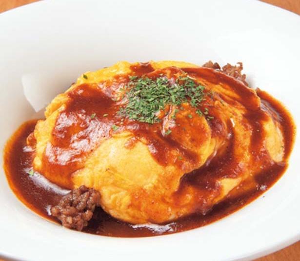 【写真を見る】鉄板でふわふわに仕上げた卵をのせる、濃厚な味付けの牛ひき肉のオムレツ(720円)/PIZZA×TAPAS ZZINO