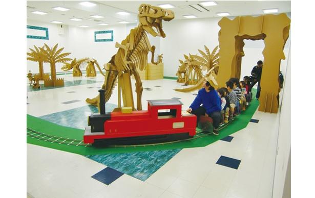 ダンボール恐竜遊園地 in ミュージアム / 岡村剛一郎が手がけた遊具が充実 ※写真はイメージ