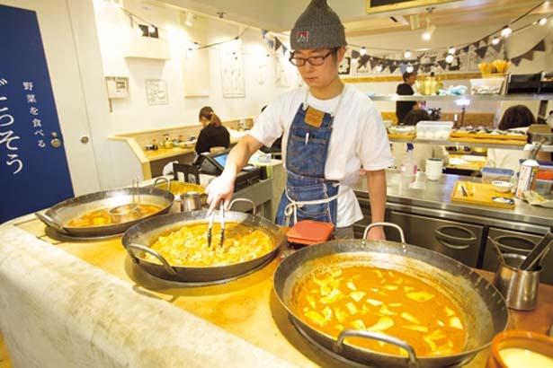 入口の鍋では、具材が煮崩れしないように具材別に煮込んでいる/ごちとん ホワイティうめだ店