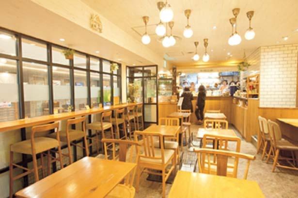 温かな印象でのんびりくつろげる店内では、ケーキなどカフェメニューも豊富にそろう/有機茶寮 by SOLVIVA なんばCITY店