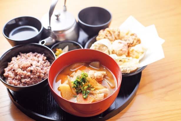 具だくさん豚汁(980円)。野菜たっぶりの豚汁に、選べる一菜や黒玄米ごはん、漬物、ほうじ茶がセット/24/7 café apartment umeda
