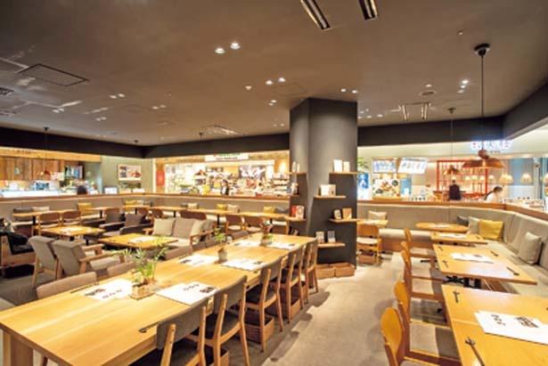 """""""自分の家のようにくつろげる空間に""""のコンセプトで、店内の壁際にはソファー席を用意/24/7 café apartment umeda"""