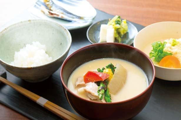 喜心の朝食(2500円)。とろとろ湯葉のひと皿からコーススタイルで提供/朝食喜心 Kyoto