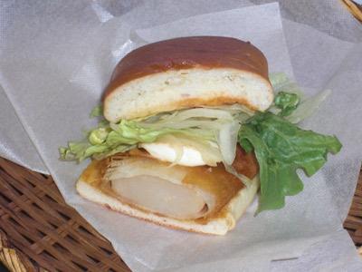 北海道でブレイク中のご当地バーガー「ジャンボホタテバーガー」