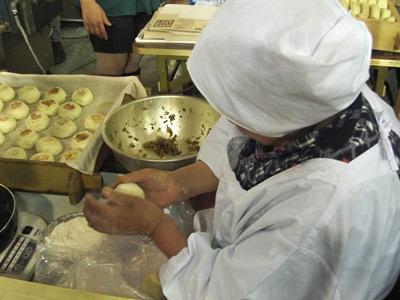 手際よくお焼きを作るおばあちゃん
