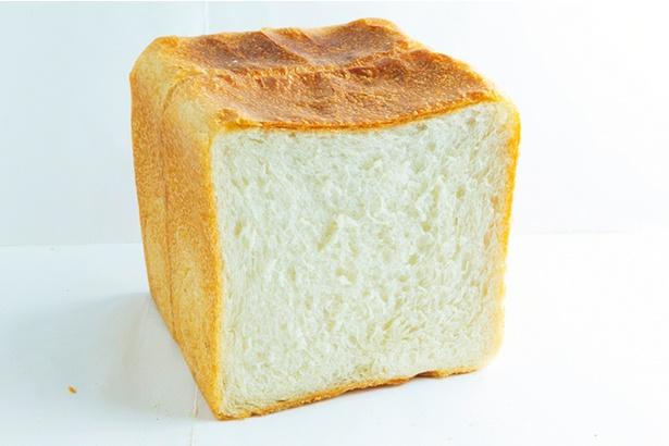「食パン」(一斤 350円)。店頭に並ぶと即完売するほど人気なので、予約がおすすめ