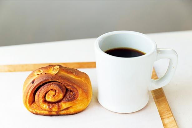 代田の「グラウベルコーヒー」の豆を使った「コーヒー」(350円)、「シナモンロール」(200円)