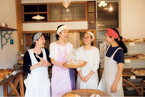 藤本さんとサポートをする女性スタッフ。女性ならではの気遣いが店の雰囲気に表れている
