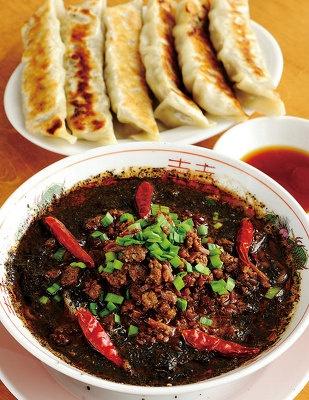 黒ごま担々麺(手前)とジャンボ餃子