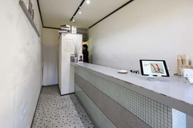 グレーが基調のシンプルな店内。八坂神社前にあるモノトーンの店を目指して/LITT UP. KYOTO 祇園店