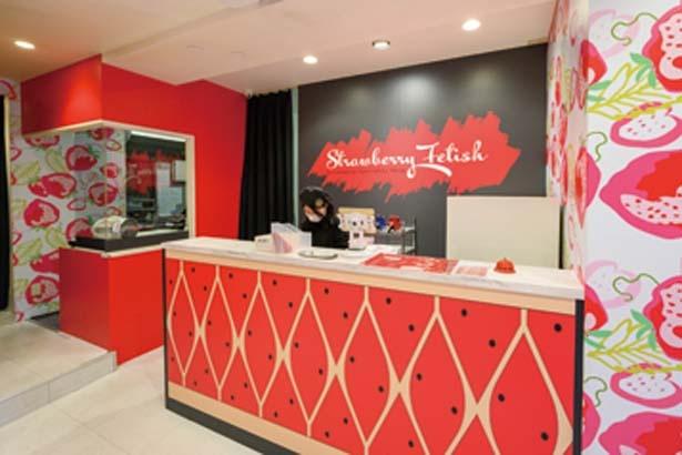 アメは店内の厨房で手作り。サンボウル北西側のイチゴ柄の外観が目立つ/Strawberry Fetish アメリカ村店