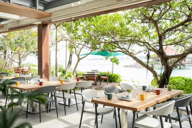レストランには海を望むテラスも。優雅な朝食が楽しめる