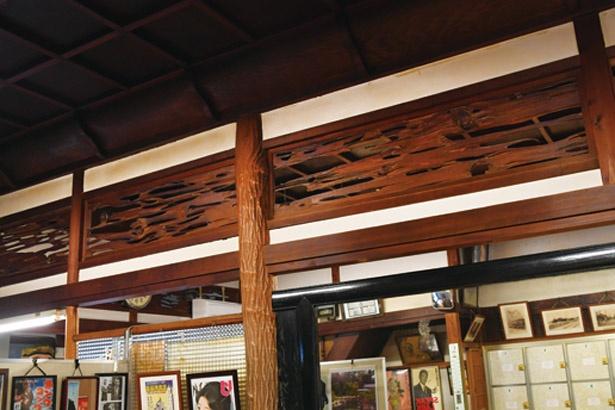 男湯と女湯の脱衣場上部を仕切る、約95年前に天然木で作られた欄間。存在感が満点!