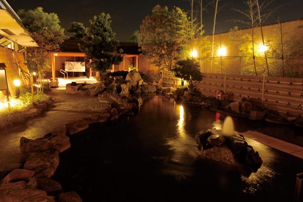 開放感にあふれる露天風呂。岩に囲まれたダイナミックな造りだ / 安城コロナワールド内 天然温泉コロナの湯 安城店