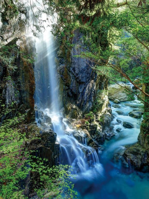 白糸のように細く流れる姿から、観音滝と呼ばれている。晴天時には虹がかかることもある / 付知峡
