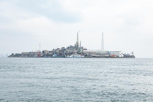 大久野島(うさぎ島)へ向かう船上から。瀬戸内の軍艦島こと契島(ちぎりじま)が見える