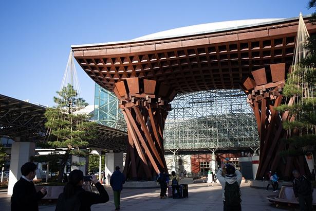 JR金沢駅前の鼓門(つづみもん)。盛んだった能の鼓をかたどっている。加賀百万石の伝統を伝えるアートのひとつだ