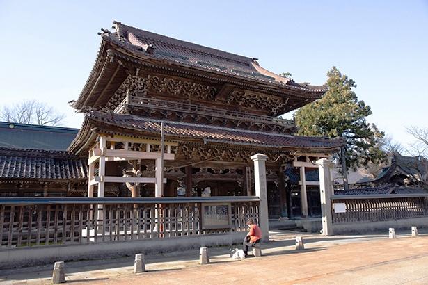 室町時代に創建された善徳寺。町の中でもひときわ際立つ堂々とした建物だ