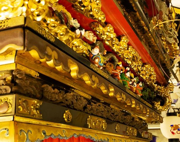 彫刻と漆と金箔が施された豪華絢爛な曳山の装飾