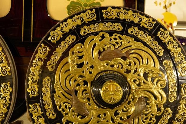 曳山の車輪にも豪華に飾られた金具が施されている