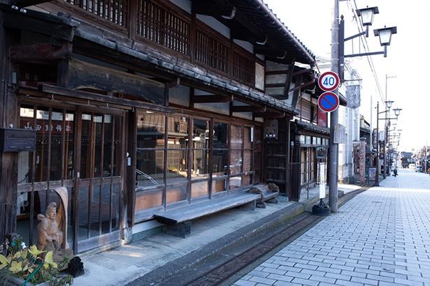 八日市通り。石畳と古い町並みには彫刻の工房が並んでいる