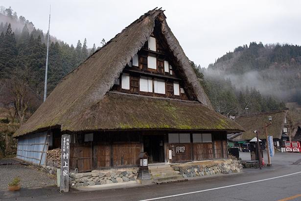 村上家の外観。伝統的な合掌造りで、もちろん中も見学可能だ