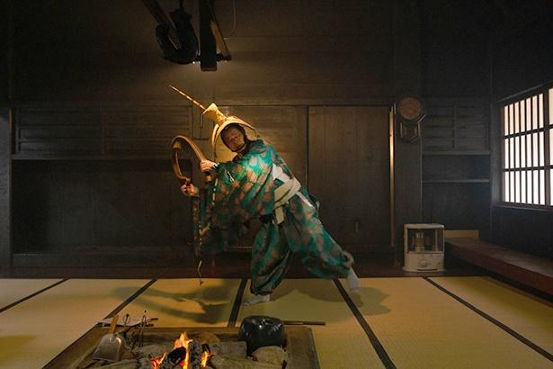 囲炉裏のそばで、日本最古の民謡ともいわれるこきりこ節に合わせ「こきりこ踊り」を見せていただいた