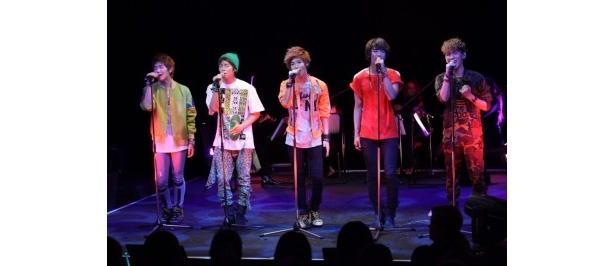 日本デビュー曲のアレンジ版を歌うSHINee。左よりオンユ、ジョンヒョン、テミン、ミンホ、キー