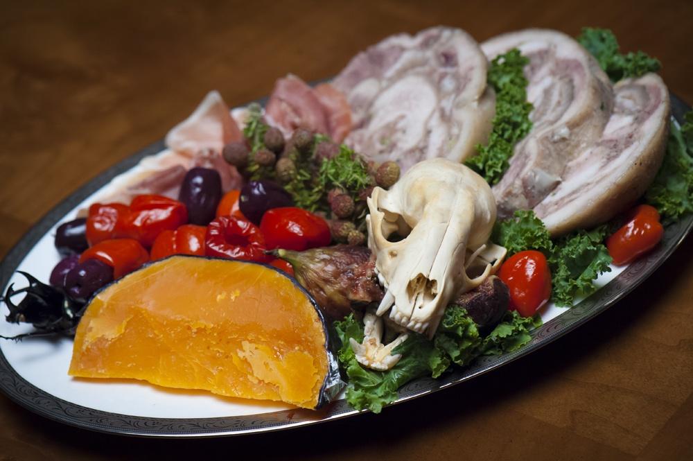 このおいしそうな料理も実は、人肉…