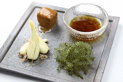 海ぶどう、島らっきょう、豆腐ようを少しずつ盛り合わせた沖縄前菜3点盛り合わせ(890円)