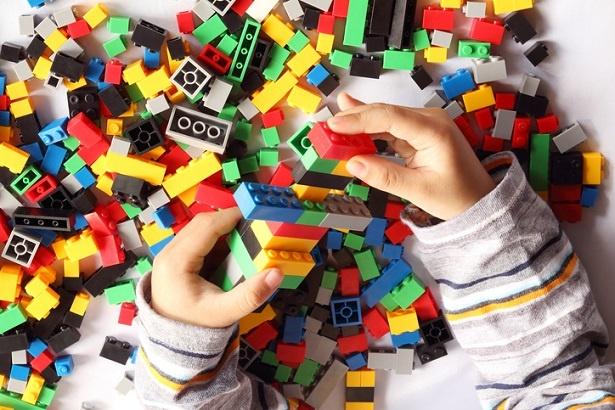 空間認識能力を高めるだけではなく、プログラミングの基礎も学べるブロック遊び