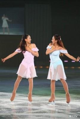 【画像はこちら】「THE ICE 2010」で客席を沸かせた、浅田真央(左)&舞(右)姉妹のペア演技