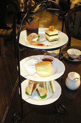 アフタヌーンティーセットは、スイーツ3種類とスコーン、軽食と紅茶で2800円