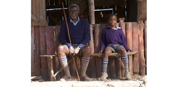 【写真】キマニ・マルゲ氏は、同級生となる子供たちにそろえて自らのズボンを短くした