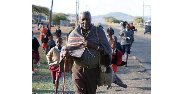 毎日、学校まで数kmの道のりを歩いて通うケニアの小学生たち