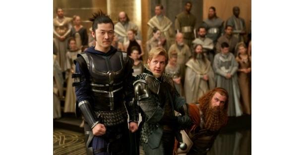 【写真】浅野忠信(左)が演じるのは、主人公ソーをサポートする三銃士の一人ホーガン
