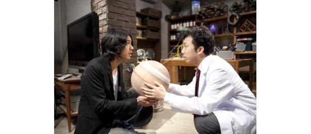 モニター調査の担当者・神宮寺を演じる市川亀治郎(右)