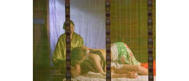 琵琶を聞きたいという謎の女が現れ、芳一は体を交わす