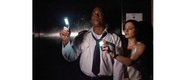【写真】暗闇の中で頼りになるのは携帯電話の明かりだけ