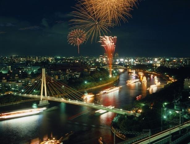 大阪の夜景と花火のコラボレーション / 天神祭奉納花火