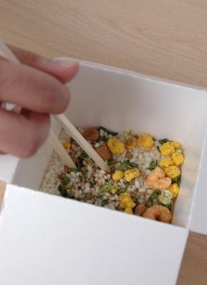 【調理方法その1】水を注いだ容器に「具・味付けの素」を入れてしっかりかき混ぜる