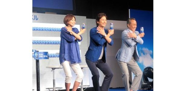 【写真】爽快人間ダンスのきめポーズを披露し笑顔の3人