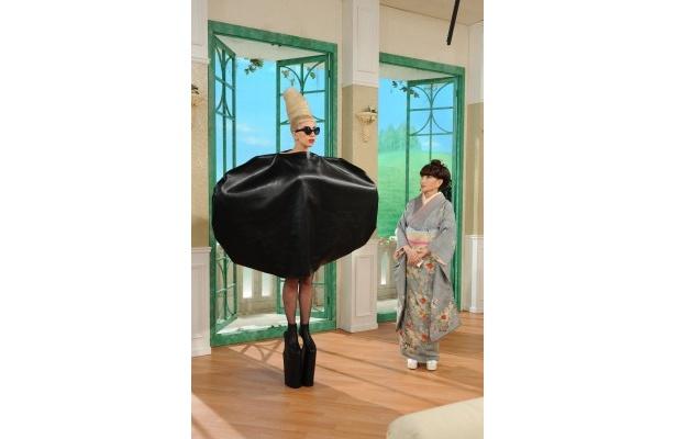 徹子の髪型をイメージしたファッションに身を包んだレディー・ガガ