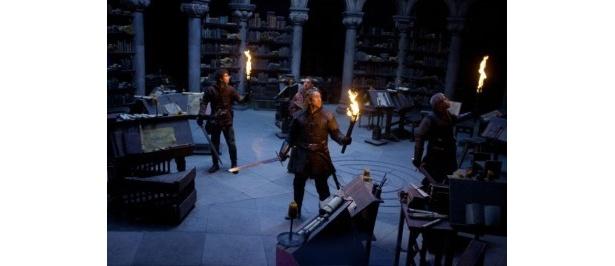 中世ヨーロッパを舞台に、ケイジ扮する騎士の一行と魔法を操る敵との闘いをVFX満載で描く