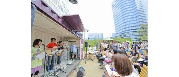 日比谷パティオでコンテナライブを敢行した声援団。人気声優の井上和彦を団長として各種チャリティ活動やボランティア活動を継続中