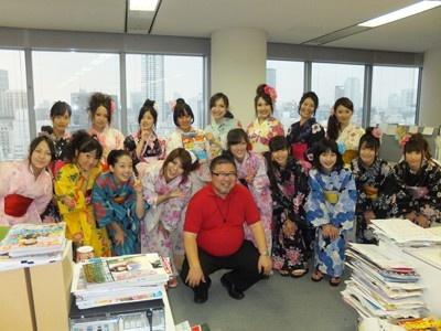 関西ウォーカーの玉置編集長もアイドルに囲まれてご満悦!