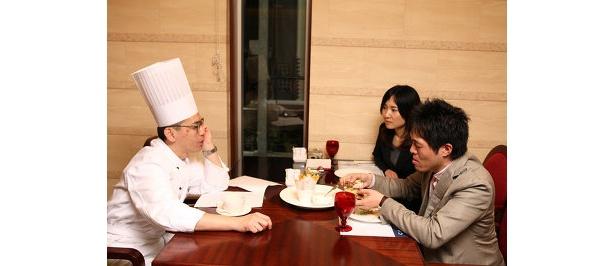 スイスホテル広報の吉田さん(右奥)も一緒に、バーガー制作の熱が入る