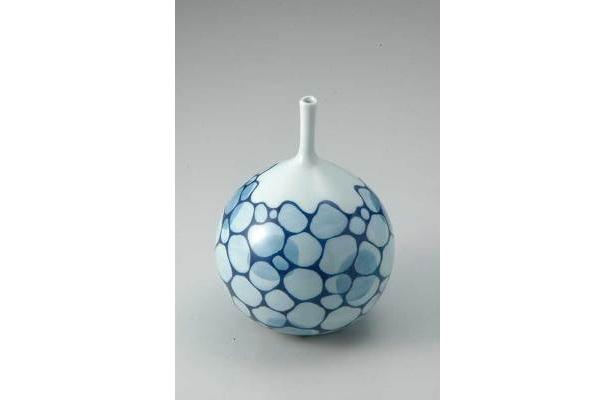 作/土居陽子 泡立つ海をイメージした花瓶。大胆な構図に美しい青が映える