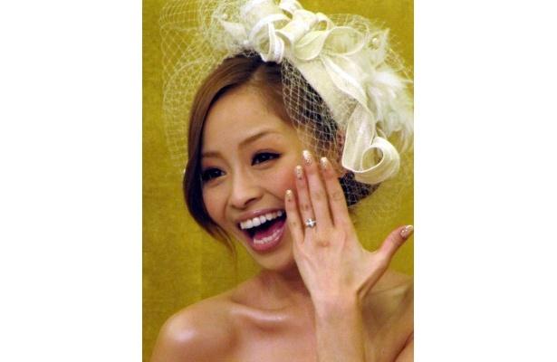 【写真】指輪を披露して笑顔の小森