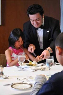 「グランドプリンスホテル京都」では、夏休みシーズンに「三千院で修行体験とホテルマナー学習親子ご宿泊プラン」を実施中